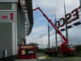Pronájem manipulační plošiny Brno, Futurum. Montáž reklamy.