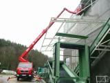 Díky druhému pomocnému ramenu naší montážní plošiny, ovládaném v rozsahu 180 stupňů se dostaneme nad vodorovné překážky a poradíme i s dráty el. vedení i nedostatkem prostoru. Montážní plošiny Brno Velčovský.